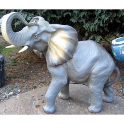 ELEPHANT TROMPE EN L'AIR 67...